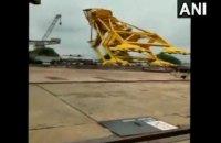 В Индии 11 рабочих погибли при падении 70-тонного крана