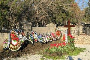 Олександр Янукович пояснив вибір місця для похорону брата