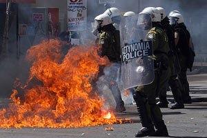 У Греції демонстранти напали на поліцію