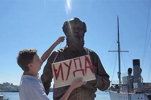 Во Владивостоке сталинист осквернил памятник Солженицыну