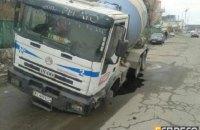 В Киеве бетономешалка провалилась под асфальт и повредила канализационный коллектор