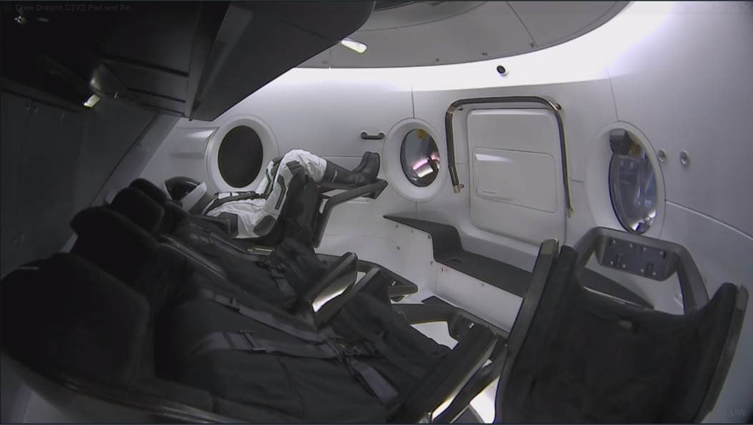 """Манекен """"Ріплі"""" на борту Crew Dragon"""
