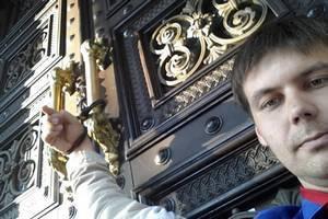 Кримчанин на 9 годин прикував себе до дверей Нацбанку