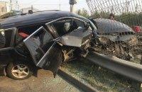 У Києві автомобіль влетів у паркан швидкісного трамвая, постраждали дві людини
