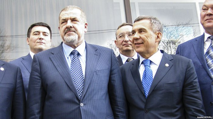 Председатель Меджлиса крымскотатарского народа Рефат Чубаров и президент Татарстана Рустам Минниханова (справа) в Симферополе, 5 марта 2014.