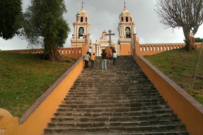 Цей храм поставлено на вершині піраміди ще доколумбових часів (Мексика)