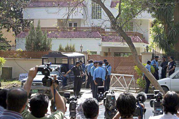 Охрана возле дома, где под домашним арестом сидят жены и дочери Усамы Бин Ладена