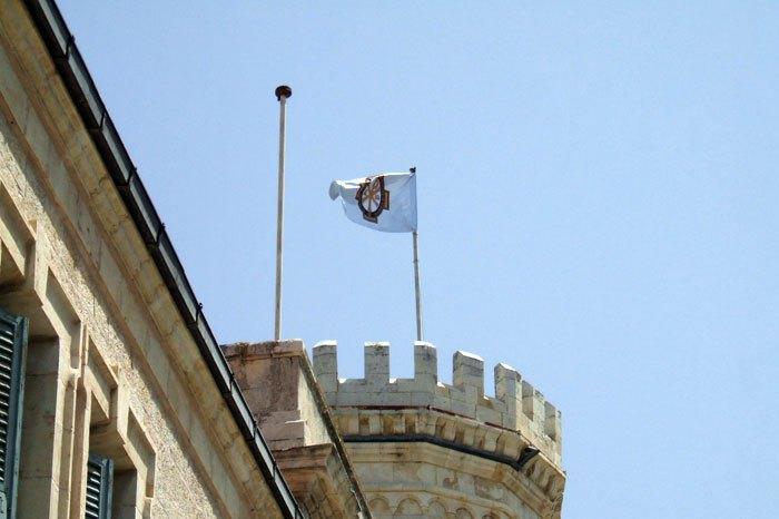 Флаг ИППО на башне Сергиевского подворья в Иерусалиме.