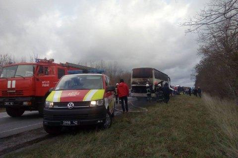 Туристический автобус с 46 пассажирами загорелся на трассе в Ровенской области