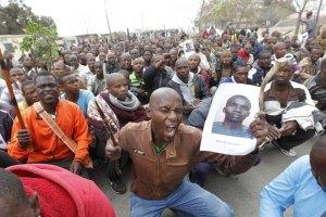 У ПАР страйкуючі гірники влаштували пожежу на шахті