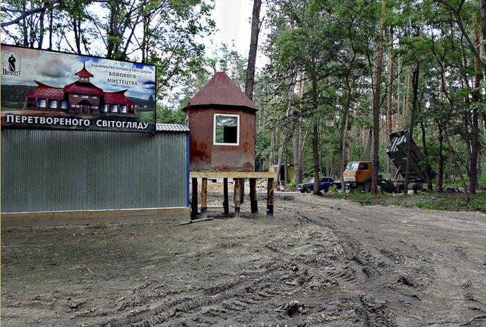 Забудова однієї з розданих сільрадою смт Коцюбинське ділянок лісу, 26 червня 2010.