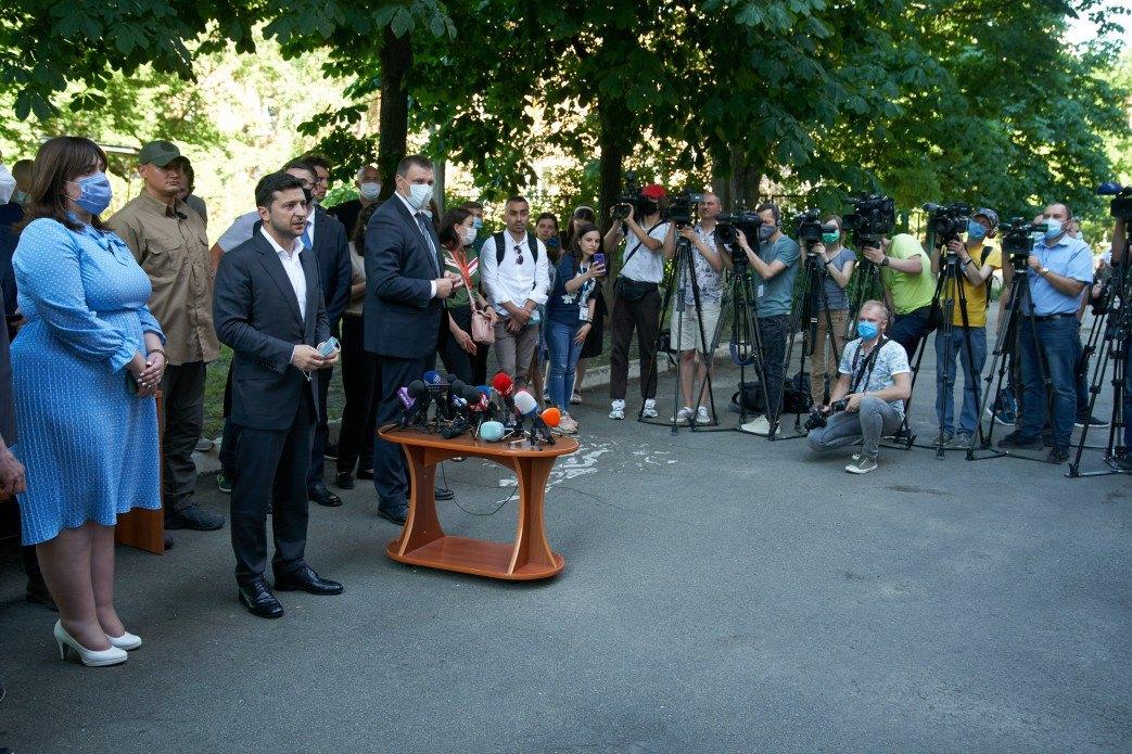 Президент Володимир Зеленський видав ключі від 12 нових квартир жителям будинку, що вибухнув у Києві на Позняках, 25 червня 2020