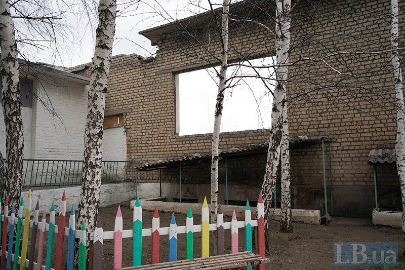 Подвір*я школи в Тошківці.