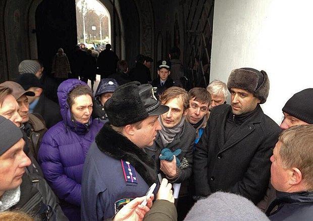 Милиционеры периодически пытаются войти на территорию собора, но их не пускают