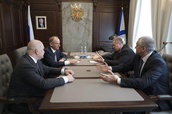 Cекретарь Совета безопасности Николай Патрушев (второй слева) на выездном совещании в Севастополе, 14 апреля 2021.
