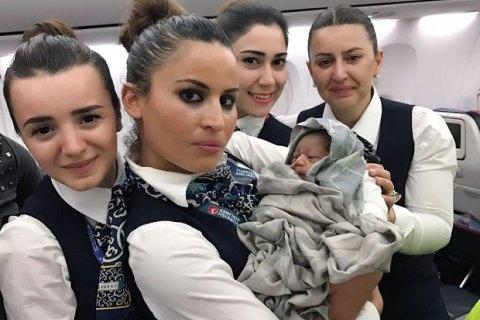 Екіпаж Turkish Airlines прийняв пологи у пасажирки під час польоту
