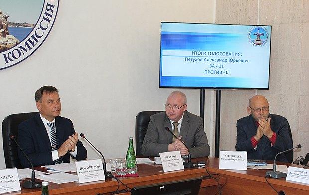 Слева направо: Мирослав Погорелов, Александр Петухов и Валерий Медведев во время избрания Петухова председателем Севастопольской ГИК