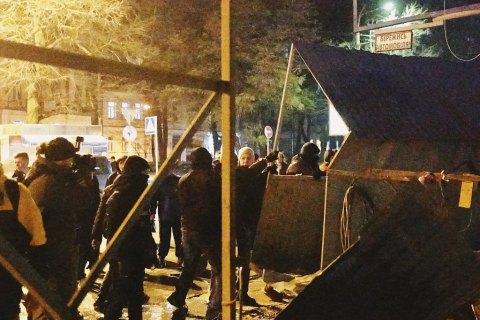 КГГА обжаловала решение суда, запрещающее сносить забор на месте Сенного рынка