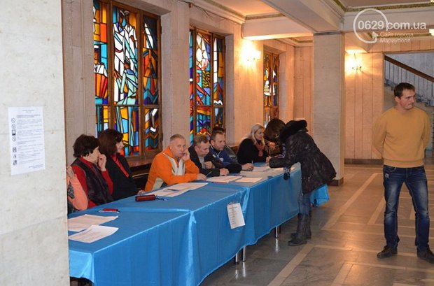 Избирательная комиссия на одном из участков Мариуполя