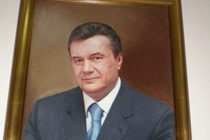 В украинских детсадах родителей заставляют покупать портреты Януковича
