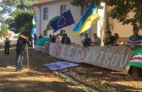 Активисты пикетировали замок, где проходила встреча Путина и Меркель, с призывом освободить Сенцова
