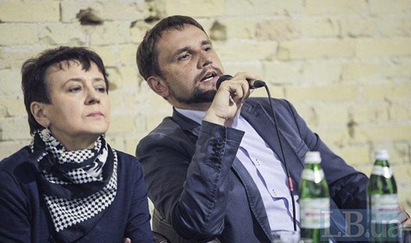 Оксана Забужко та Володимир В'ятрович під час книжкового ярмарку в Мистецькому Арсеналі, 2016
