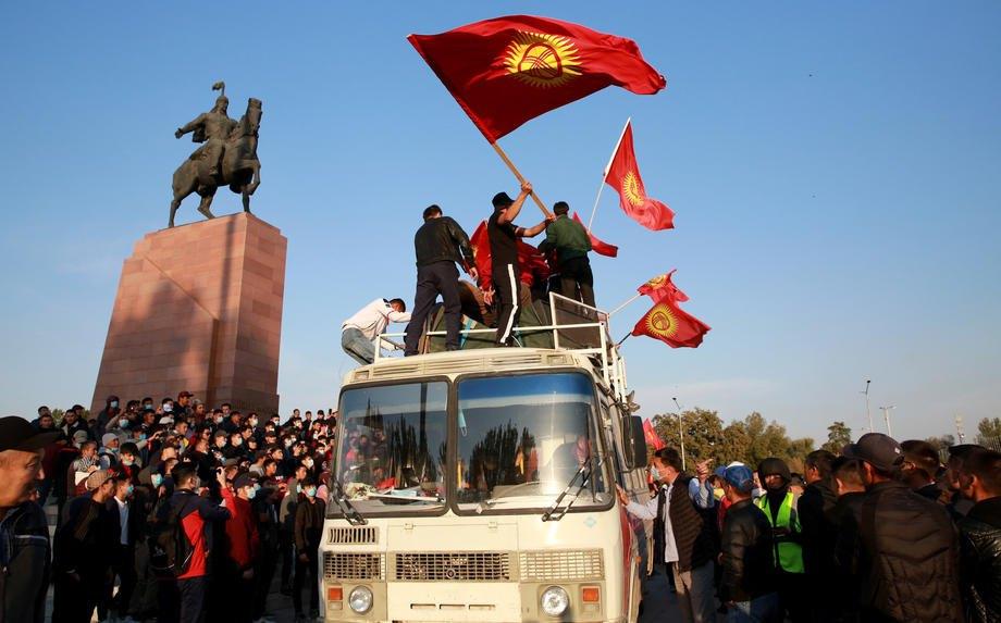 Митинг оппозиции против результатов парламентских выборов на центральной площади Ала-Тоо в Бишкеке, 05 октября 2020 года.