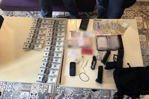 У Києві спіймали чоловіка під час спроби продати 3500 підроблених доларів (оновлено)