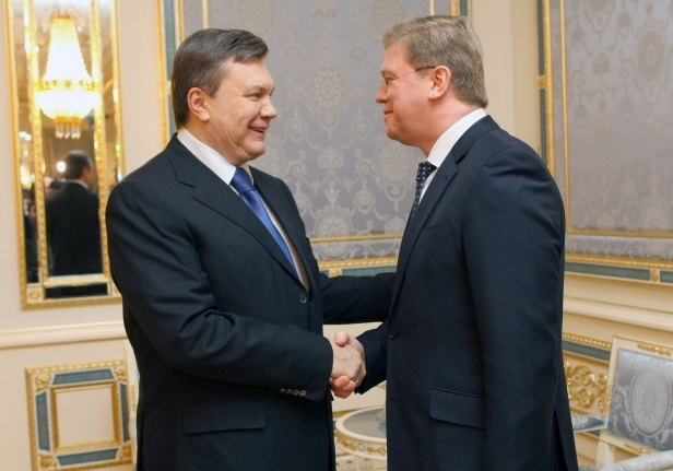Президент Украины Виктор Янукович и Еврокомиссар по вопросам расширения и европейской политики соседства Штефан Фюле