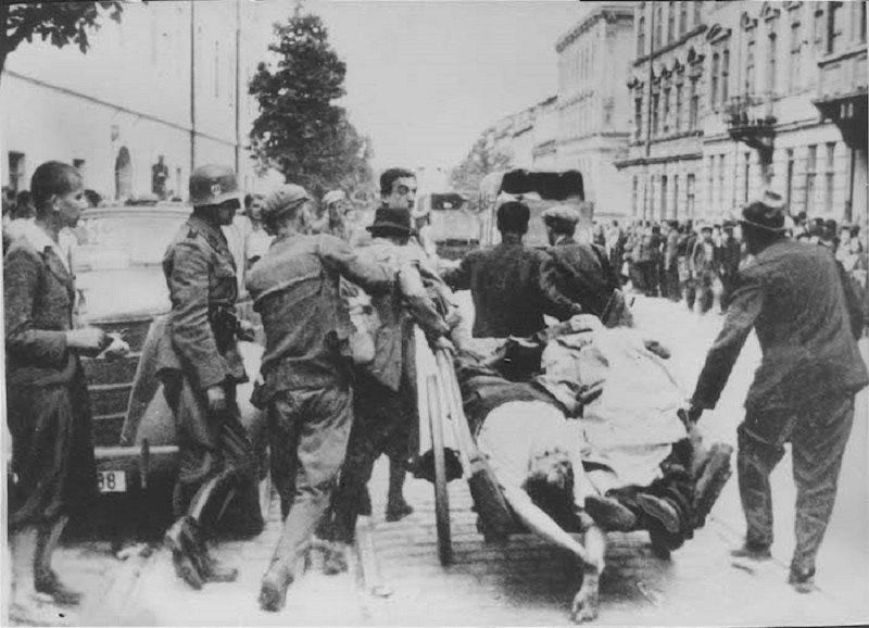 Євреї везуть тіла вбитих радянською армією у львівських в'язницях, 1941