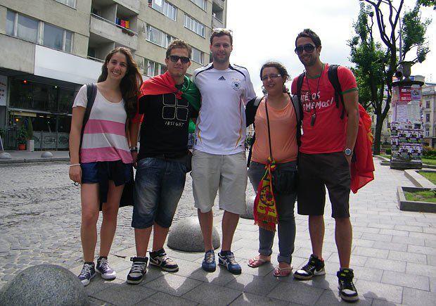 Руман і Сара (в центрі) вболівають за різні команди, але гуляють разом