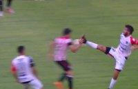 В чемпионате Аргентины игрок был изгнан с поля за жестокий фол в стиле кунг-фу
