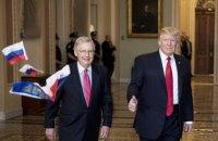 """В Капитолии мужчина бросил в Трампа российские флажки с криком """"Трамп - это измена!"""""""