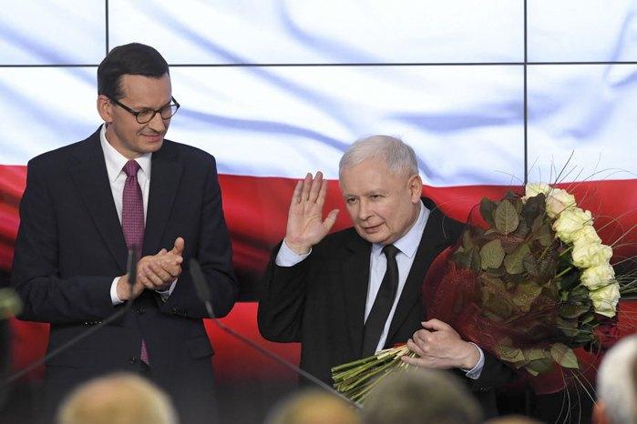 Лидер правящей партии PiS Ярослав Качиньский и премьер-министр Польши Матеуш Моравецкий (слева) в штабе в ночь выборов в Варшаве, 13 октября 2019.