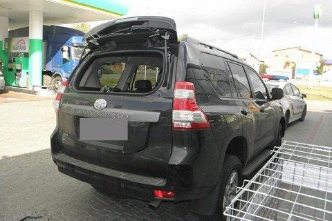 На київській заправці у водія Land Cruiser забрали сумку з мільйоном гривень