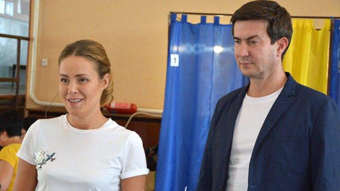 Юрий Солод и Наталия Королевская на избирательном участке в городе Славянске Донецкой области.