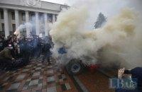 """Під ВР проходить мітинг за відставку Авакова, протестувальники перевернули і закидали фаєрами """"бобік"""""""