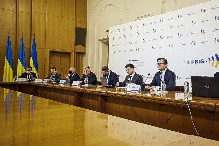 Президент Владимир Зеленский и министр иностранных дел Украины Дмитрий Кулеба во время видеоконференции с зарубежных послами Украины.