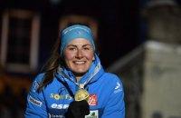 Французька біатлоністка оригінально відсвяткувала медаль Чемпіонату світу на церемонії нагородження