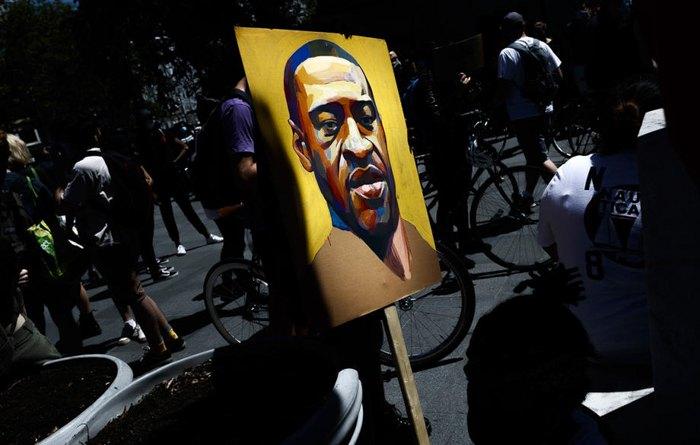 Портрет Джорджа Флойда во время акции протеста в Бруклине, Нью-Йорк, 8 июня 2020.