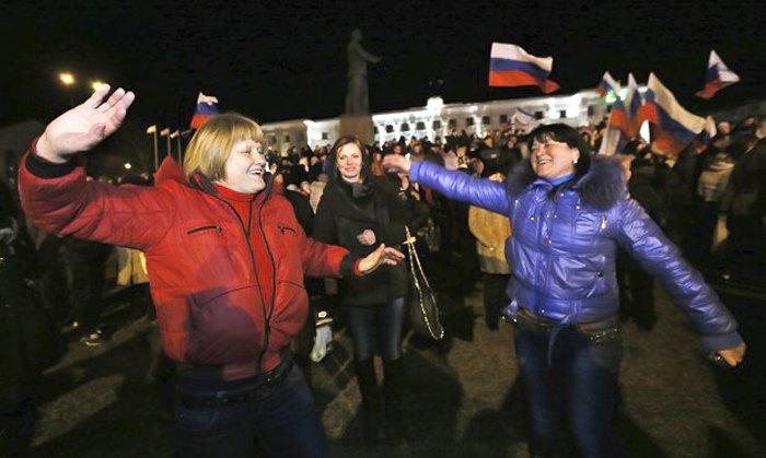Крымчане после референдума на площади Ленина в Симферополе, март 2014 года.