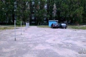 В Днепропетровске школьный стадион превратили в платную стоянку