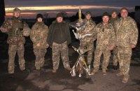 """Під Маріуполем військові зібрали """"новорічну ялинку"""" з ворожих снарядів"""