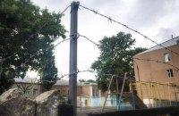 В Николаеве гимназию обнесли колючей проволокой