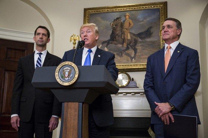 Зліва - направо: Коттон, Трамп і Пердью