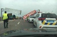 Автокран збив рекламну арку на Кільцевій дорозі у Львові