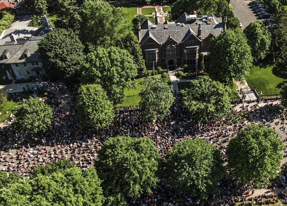Толпа демонстрантов собралась перед особняком губернатора Миннесоты на седьмой день протестов в Сент-Пол, штат Миннесота, США, 01 июня 2020 г.
