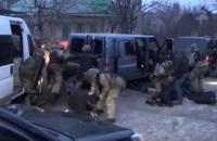 Появилось видео задержания банды, ограбившей ювелиров на трассе у Бердычева