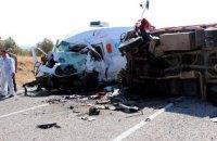 7 человек погибли из-за столкновения микроавтобуса с трактором в Турции