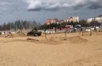 В Петербурге трое человек пострадали, упав под танк во время катания в парке